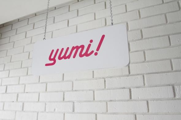 Zoom-Yumi-Sign800